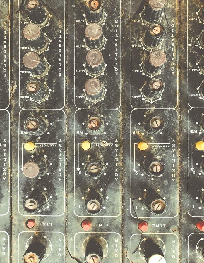 O controlador musical defeituoso desnecessário velho DJ do misturador do equipamento controla fotos de stock