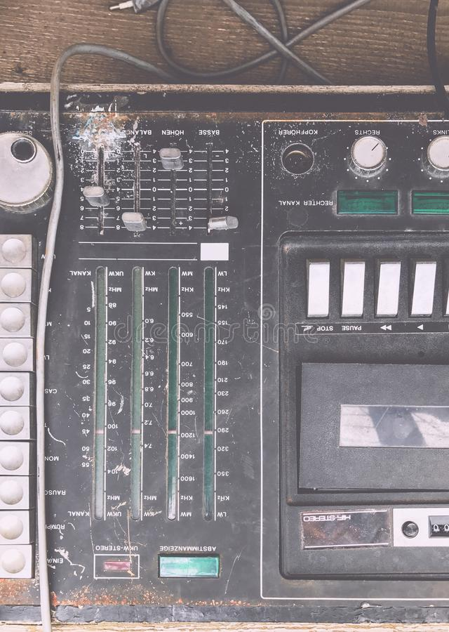 O controlador musical defeituoso desnecessário velho DJ do misturador do equipamento controla imagens de stock royalty free