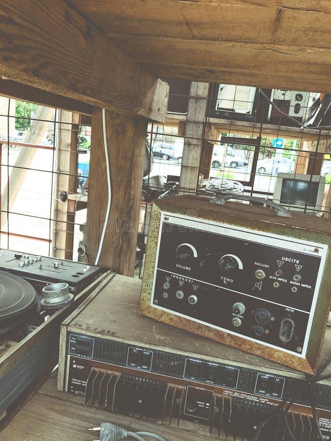 O controlador musical defeituoso desnecessário velho DJ do misturador do equipamento controla imagem de stock royalty free