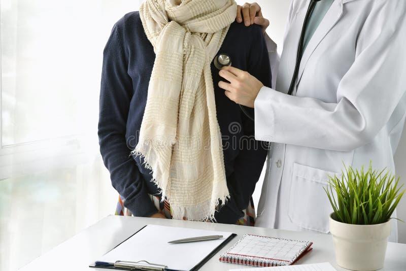 O controle, o doutor que escutam o batimento cardíaco e o pulmão dos cuidados médicos soam imagens de stock royalty free