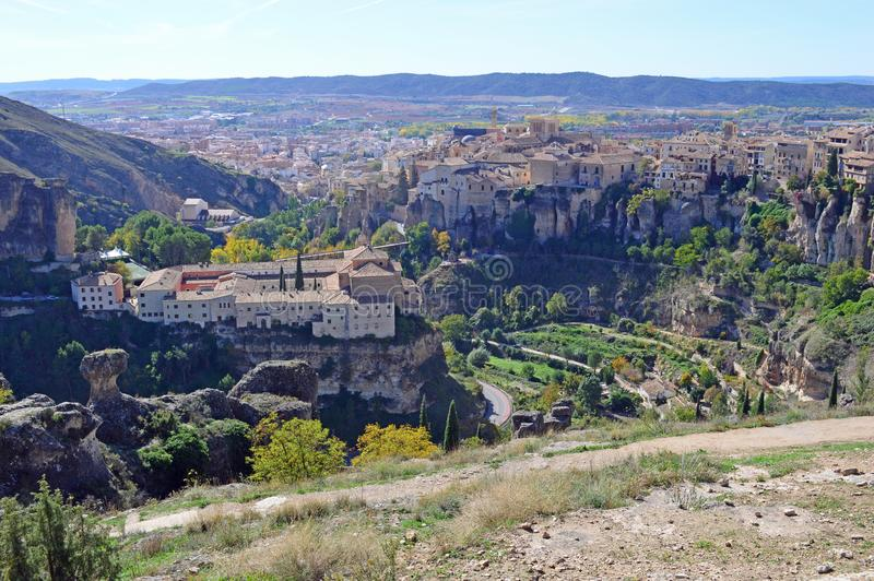 O convento velho de St Paul e da cidade medieval velha de Cuenca imagem de stock