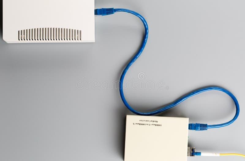 o conversor ótico dos meios 1Gbps com módulo de SFP conectou ao cubo do escritório da porta ethernet imagens de stock royalty free