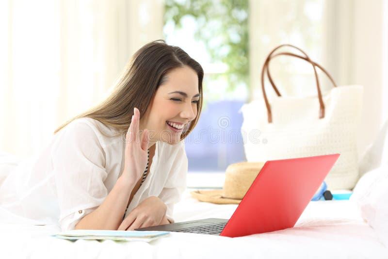 O convidado feliz do hotel que tem um vide chama férias imagem de stock royalty free
