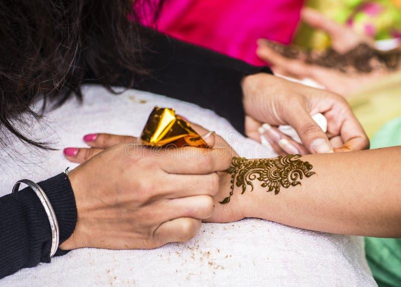 O convidado indiano do casamento que tem o projeto do mehndi aplicou-se ao antebraço Arte tradicional da hena imagens de stock