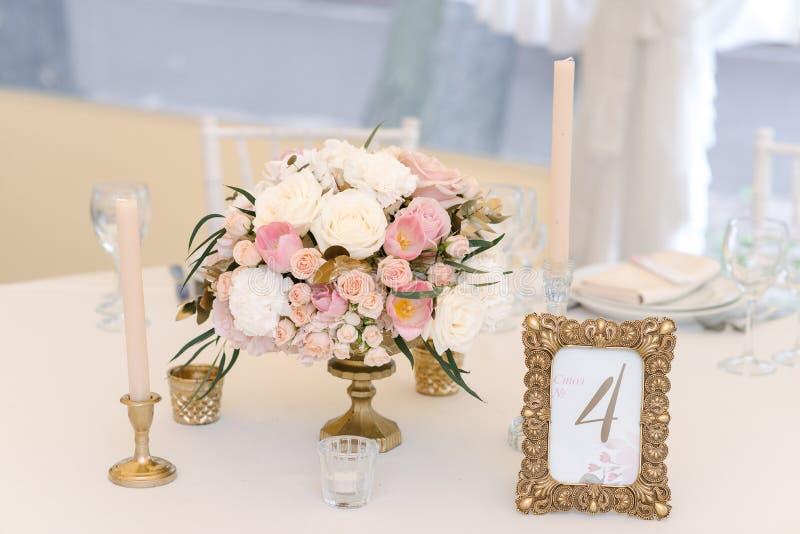 O convidado numerou a tabela com com o ramalhete adorável, close up imagens de stock