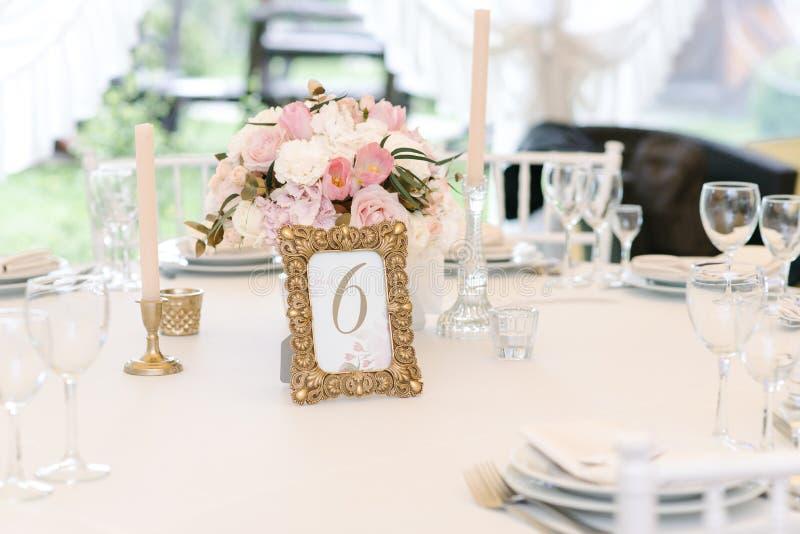 O convidado numerou a tabela com com o ramalhete adorável, close up fotos de stock
