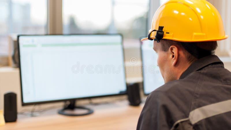 O coordenador da manutenção inspeciona o sistema de proteção do relé do contro fotografia de stock royalty free