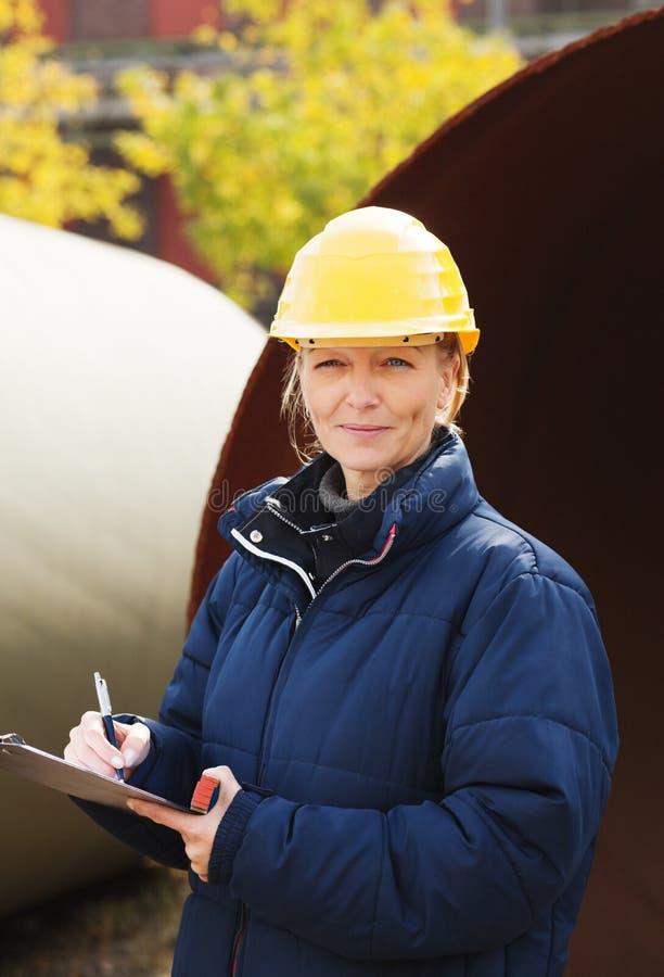 O coordenador de construção toma notas fotos de stock royalty free