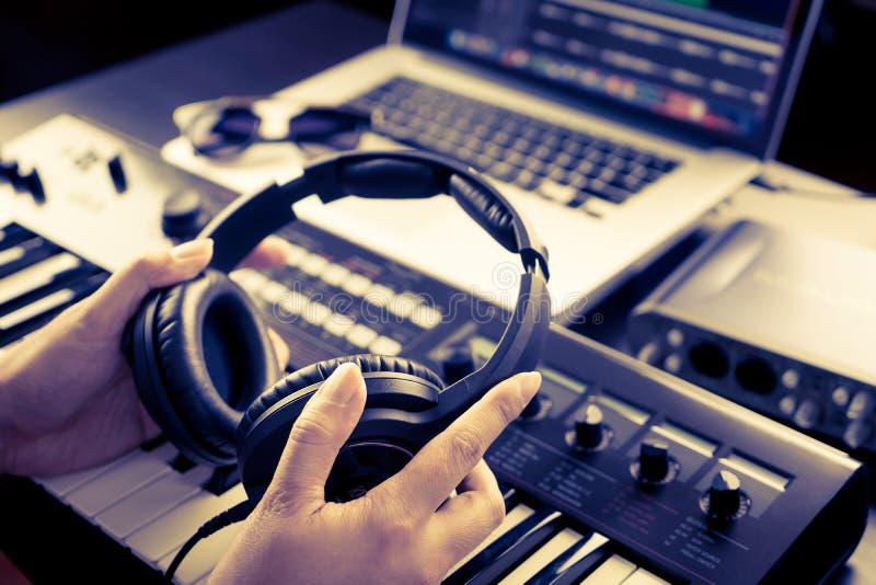 O coordenador sadio está escolhendo o fones de ouvido imagens de stock royalty free