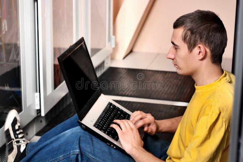 O coordenador senta-se no datacenter fotos de stock royalty free