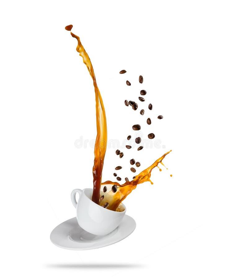 O copo branco de Porcelaine com espirro do líquido do café com o café seja imagem de stock