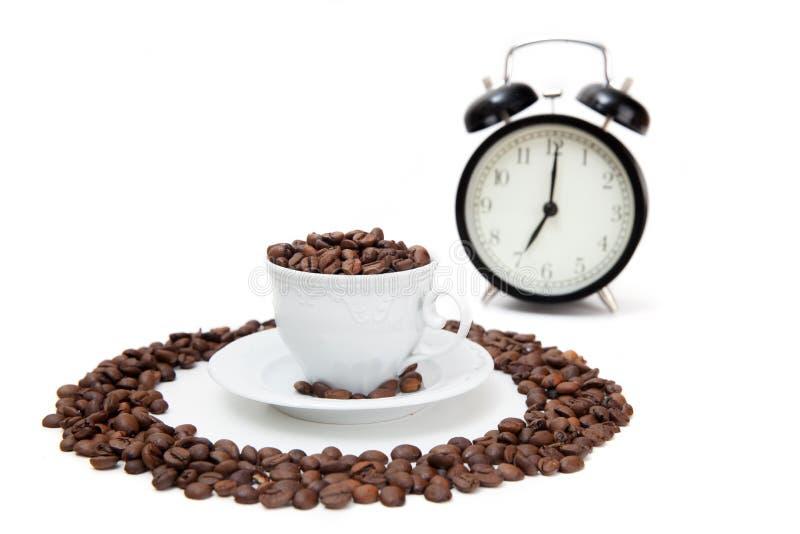 O copo da porcelana enchido por feijões de café foto de stock royalty free