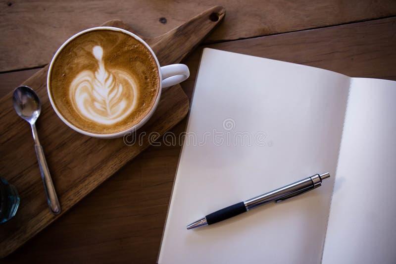 O copo do aroma do latte do café da vista superior e o Natal saboroso endurecem o relaxti fotografia de stock