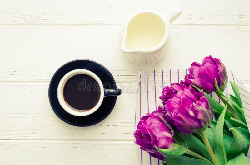 O copo do café da manhã e do ramalhete da mola floresce fotos de stock