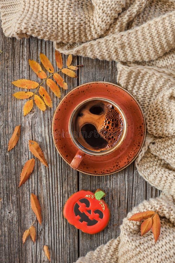 O copo do café preto e da abóbora quentes deu forma ao pão-de-espécie com autu fotos de stock royalty free