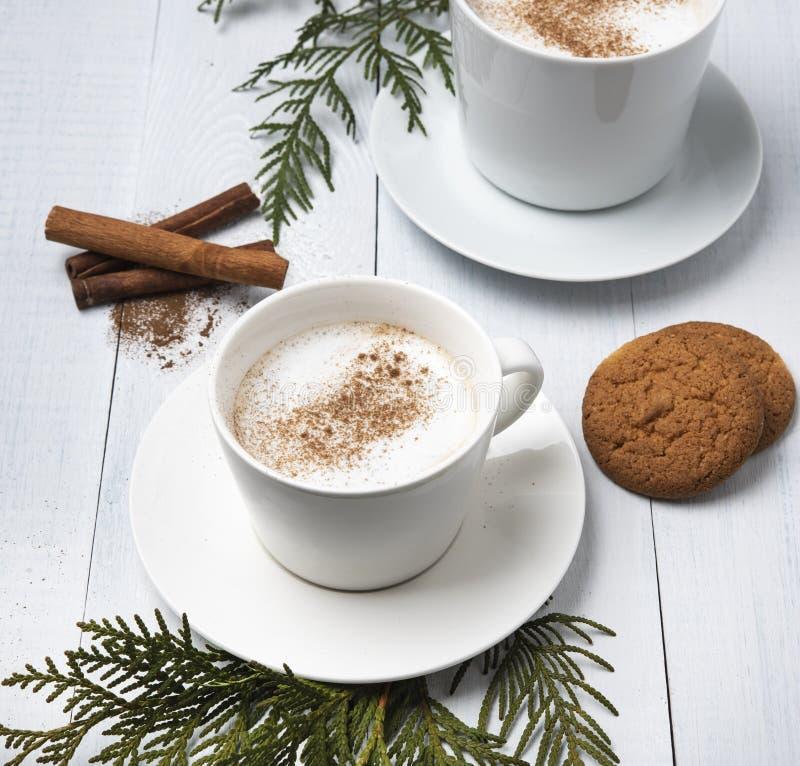 O copo do coffe escuro do inverno do chocolate quente do cacau ordenha cookies da manhã da árvore de Natal do cappuchino do latte fotos de stock