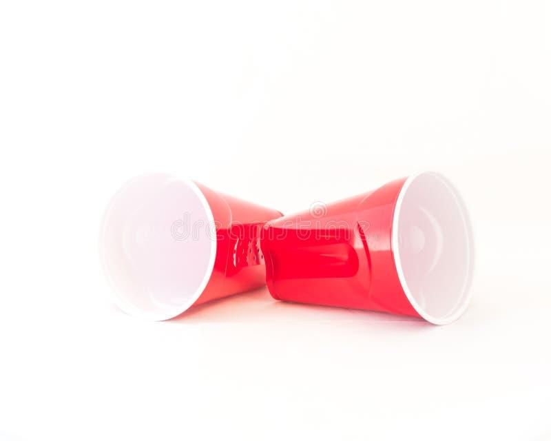 O copo vermelho vazio do piquenique recicla a caneca no branco imagens de stock