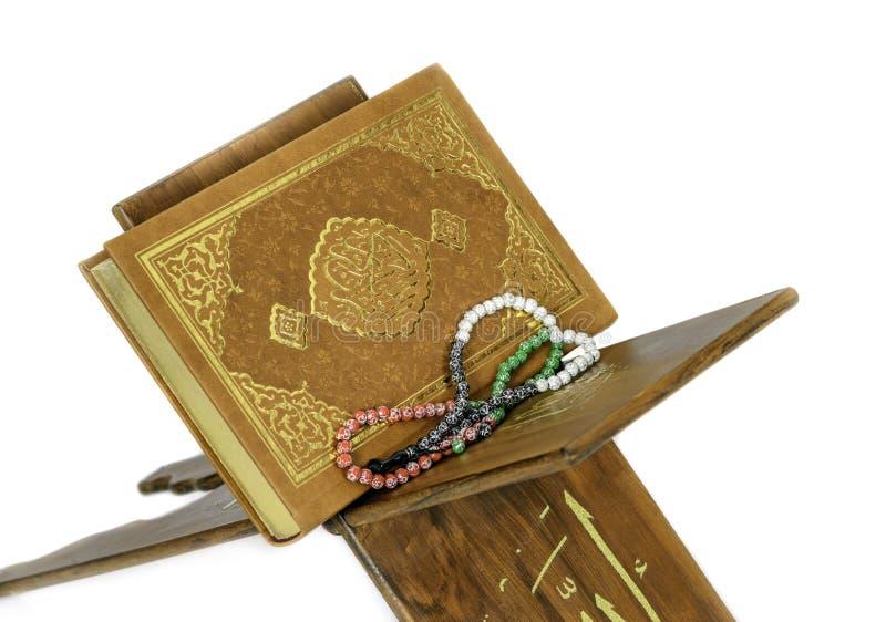 O Corão santamente no fundo do branco do atril imagens de stock