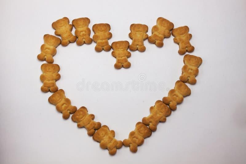 O coração bonito das cookies dos ursos deu forma ao teste padrão isolado no fundo branco Vista de cima de, configuração lisa, esp imagem de stock royalty free