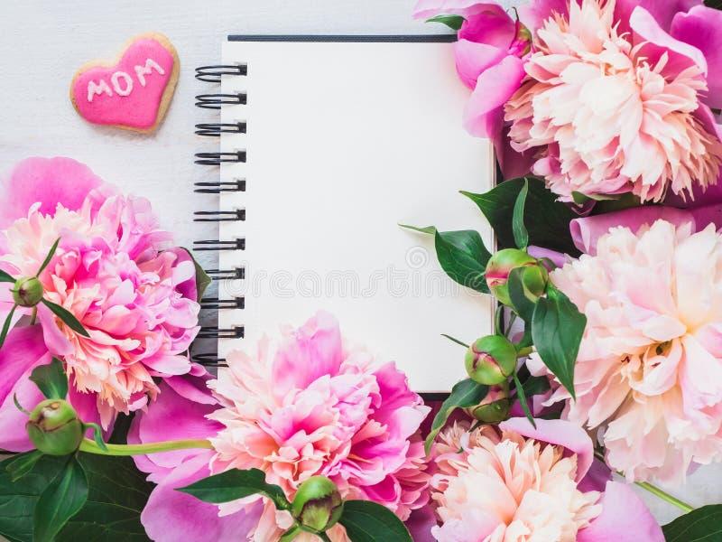 O coração brilhante, cor-de-rosa deu forma a cookies com a palavra MAMÃ fotos de stock