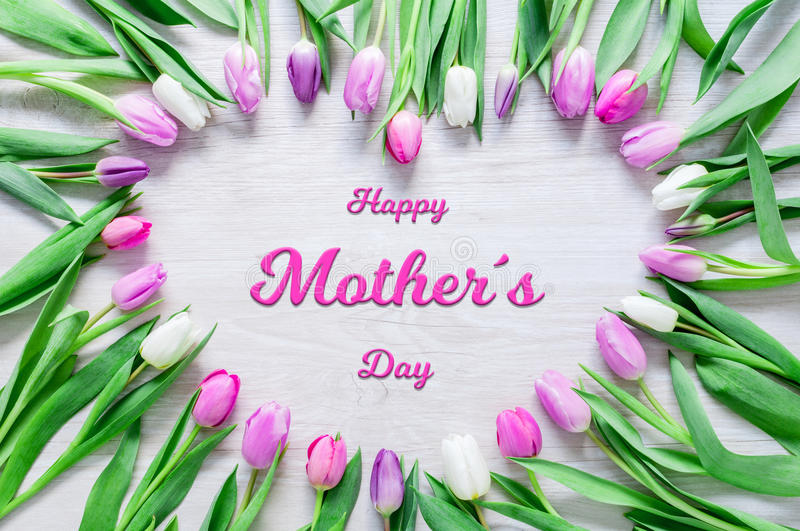 O coração das tulipas floresce na tabela rústica para o dia de mães fotos de stock