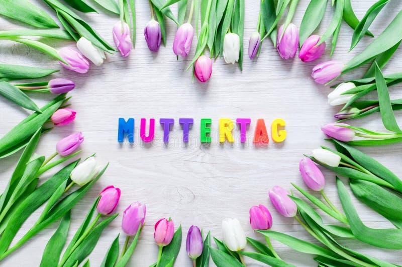 O coração das tulipas floresce na tabela rústica para o dia de mães - Clo imagem de stock royalty free