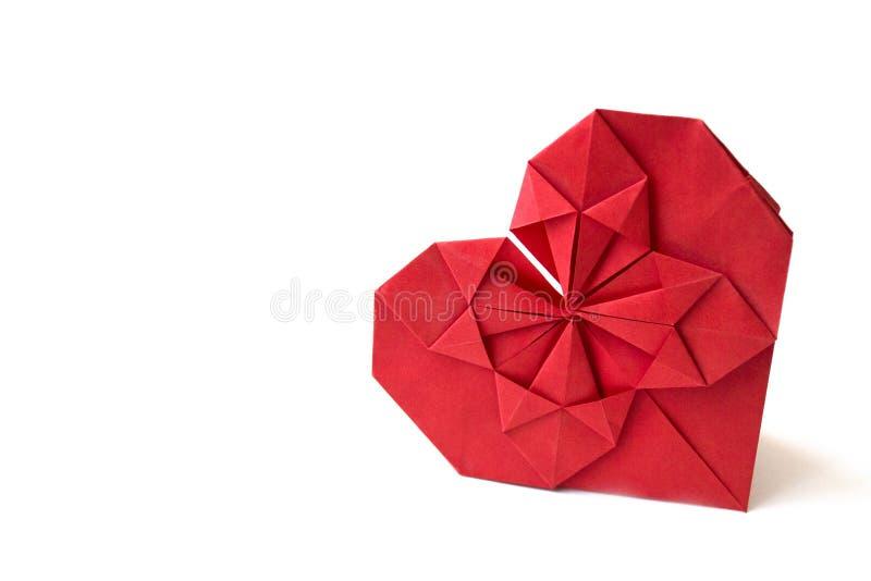 O coração de papel vermelho isolado fez na técnica do origâmi em um fundo branco Conceito do amor, celebração, cuidado, saúde, vi fotos de stock