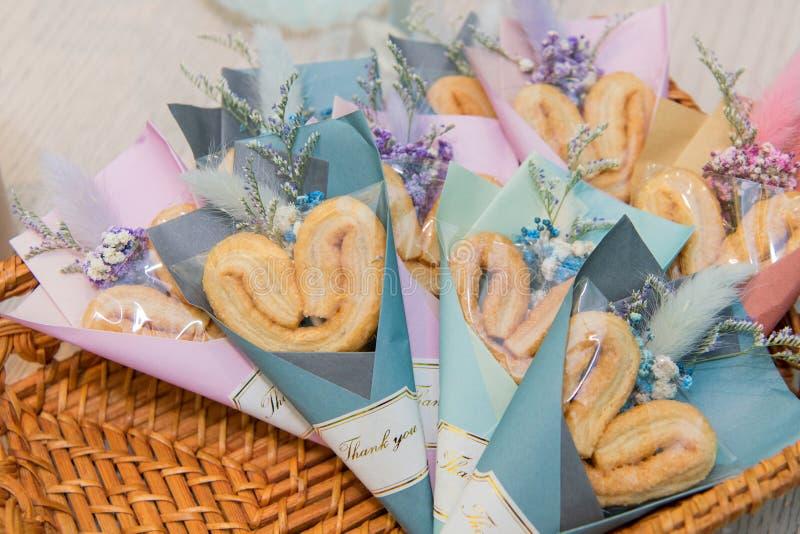 O coração decorado deu forma ao biscoito da borboleta na cesta do rattan imagem de stock royalty free