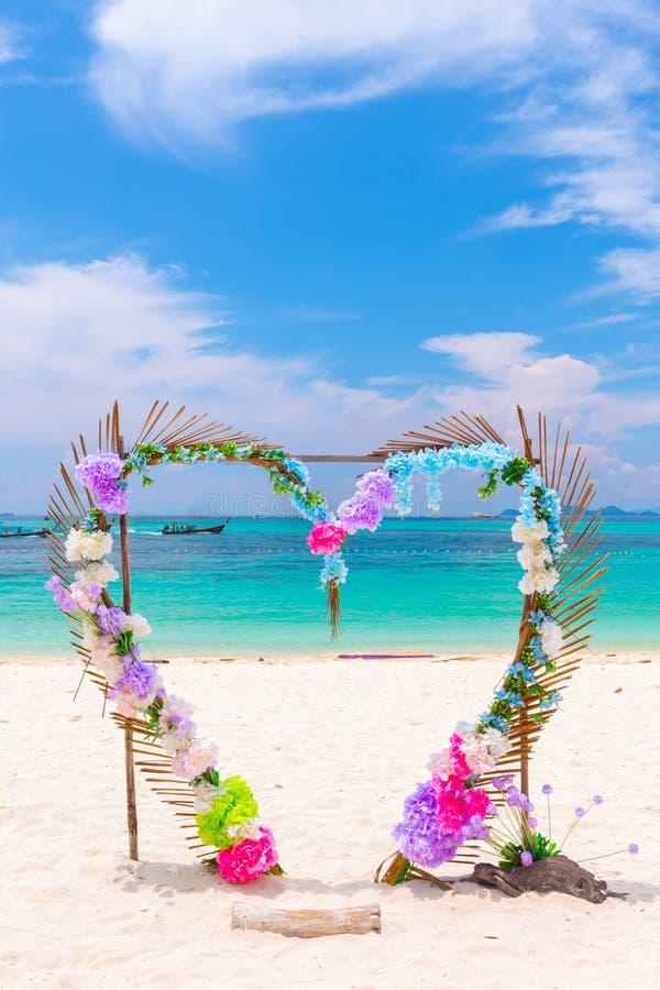O coração deu forma à cena bonita o do casamento do contexto das flores da simpatia foto de stock royalty free