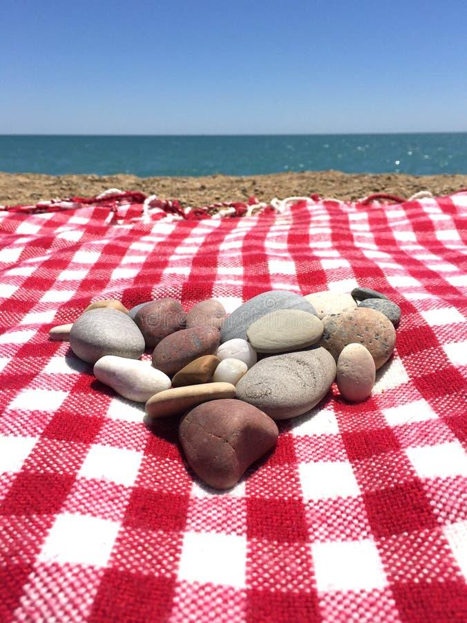 O coração deu forma à pilha das pedras na praia fotos de stock royalty free