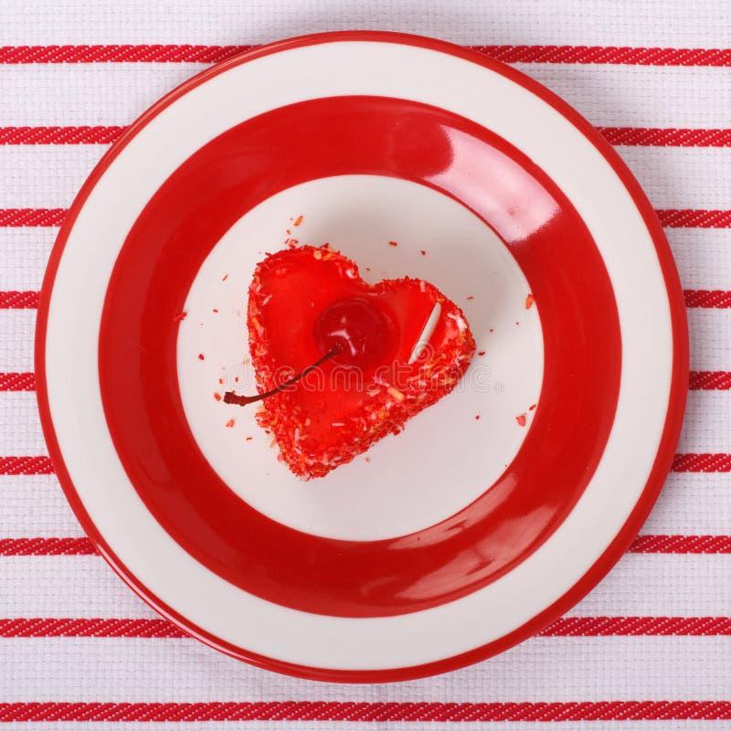 Sobremesa dada forma coração com uma cereja foto de stock royalty free