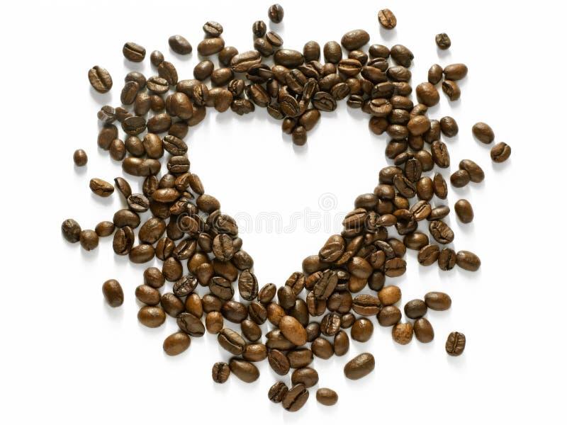 O coração deu forma ao arranjo dos feijões de café dispersados isolados no branco - projete o elemento imagens de stock royalty free
