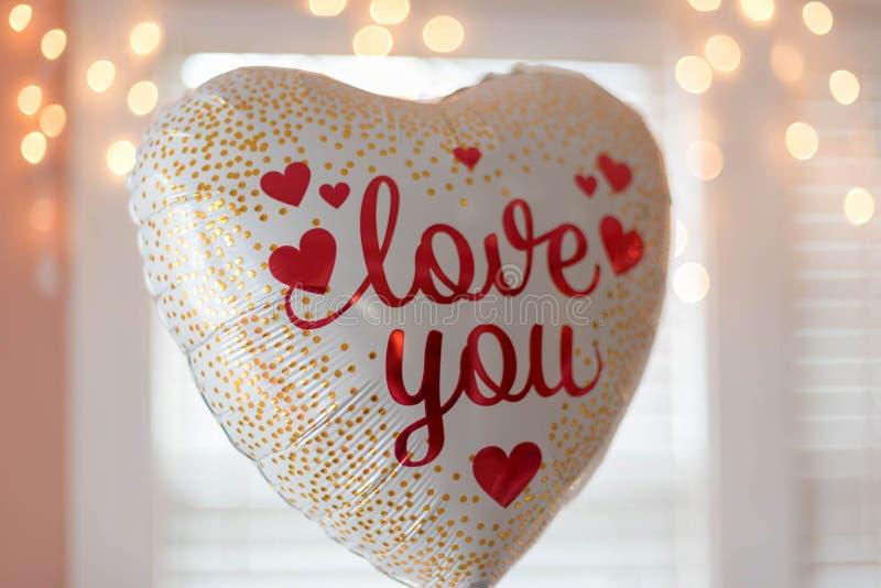 O coração deu forma ao balão com o amor do ` das palavras você ` fotos de stock royalty free