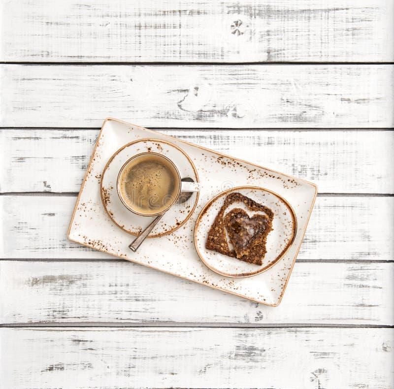 O coração do café deu forma à decoração do café da manhã do dia de Valentim do pão fotos de stock
