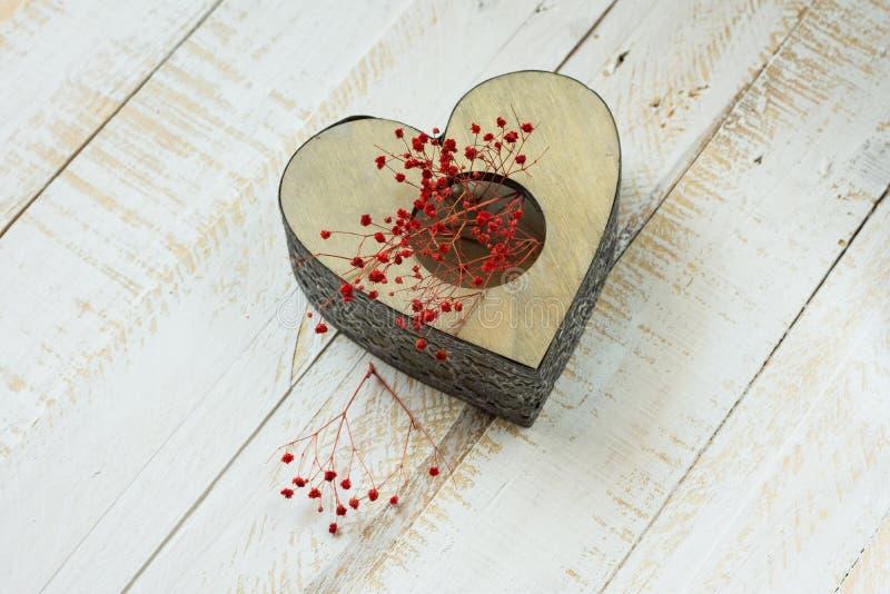 O coração do vintage deu forma ao castiçal com as flores delicadas vermelhas, Valentim do laço, dia do ` s da mãe imagens de stock royalty free