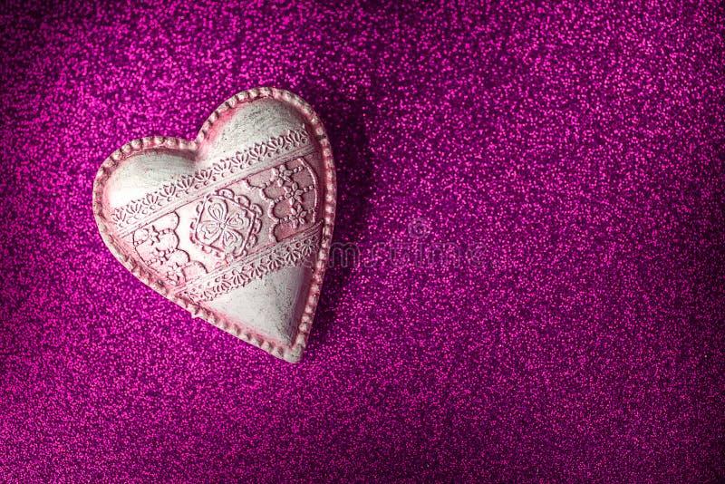 O coração do vintage na textura roxa do brilho, comemora o dia de Valentim ou ama-o, fundo imagem de stock royalty free