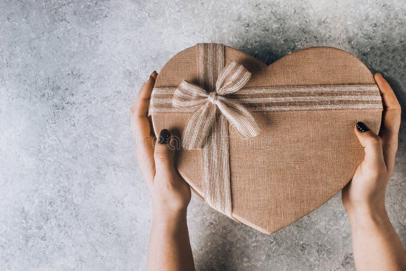 O coração grande deu forma à caixa de presente do dia de Valentim foto de stock royalty free