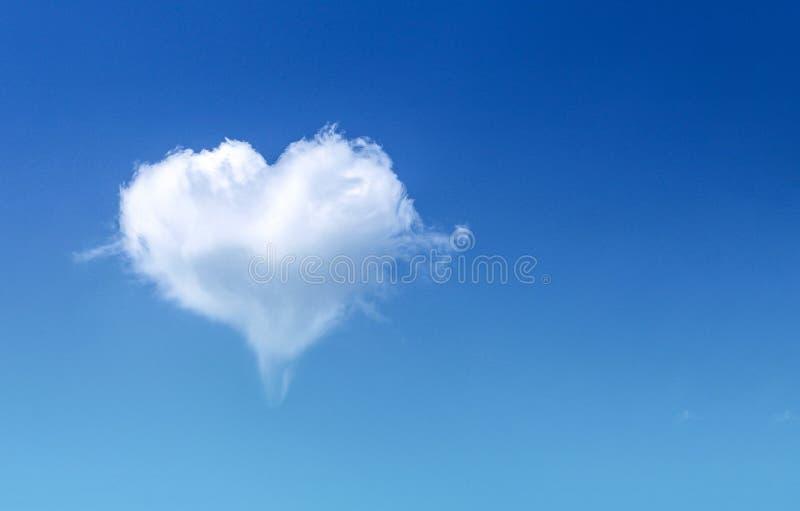 O coração macio branco deu forma ao foco macio dos testes padrões da nuvem no espaço claro do céu azul e da cópia, fundo do dia d imagens de stock