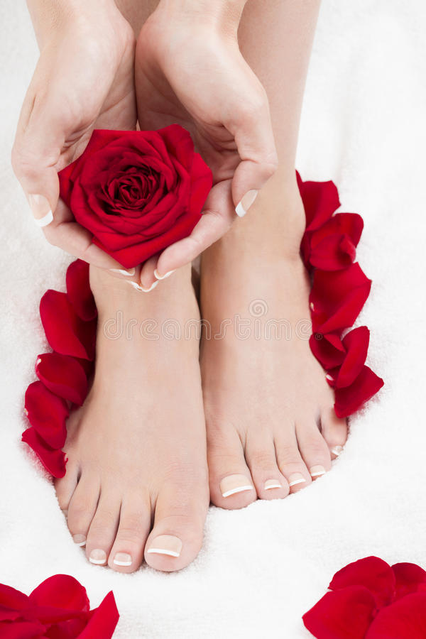 O coração natural dos termas do tratamento de mãos do pedicure dado forma entrega a rosas vermelhas a toalha do branco imagens de stock royalty free