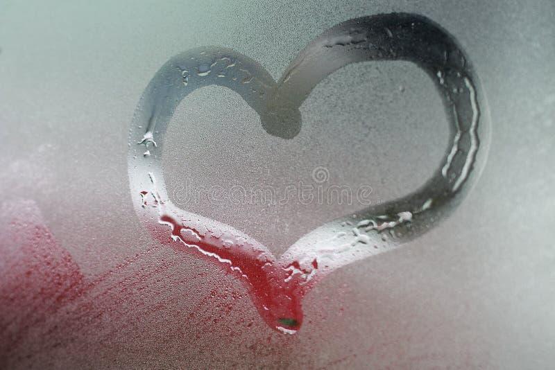 O coração pintou no fundo do vidro de janela fotografia de stock royalty free