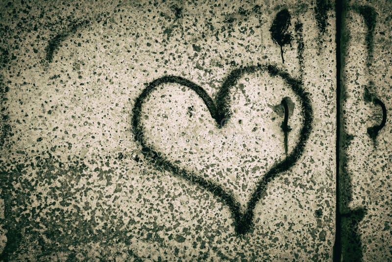O coração preto pintou em um muro de cimento depression Dia do `s do Valentim ilustração do vetor