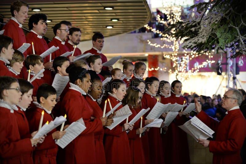 O coro executa músicas de natal do Natal fotos de stock