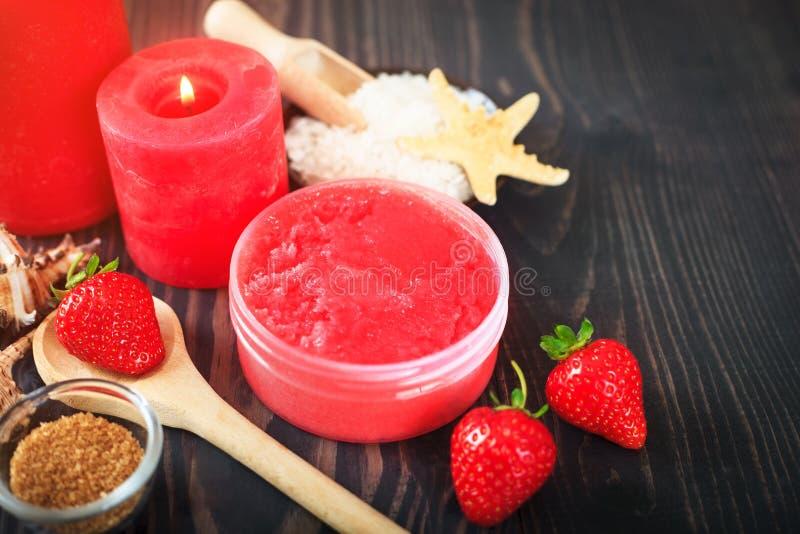 O corpo da morango esfrega com açúcar mascavado e sal do mar imagem de stock royalty free