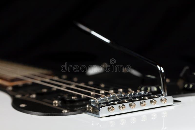 O corpo de uma guitarra elétrica branca isolada no preto foto de stock royalty free
