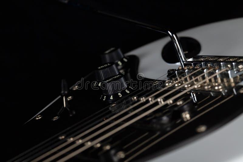 O corpo de uma guitarra elétrica branca no fundo preto fotografia de stock royalty free