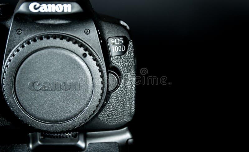 O corpo do EOS 700D DSLR de Canon com aperto da bateria uniu e tela da aleta imagem de stock