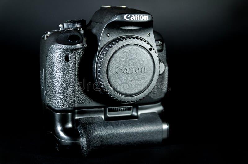 O corpo do EOS 700D DSLR de Canon com aperto da bateria uniu e tela da aleta imagens de stock royalty free