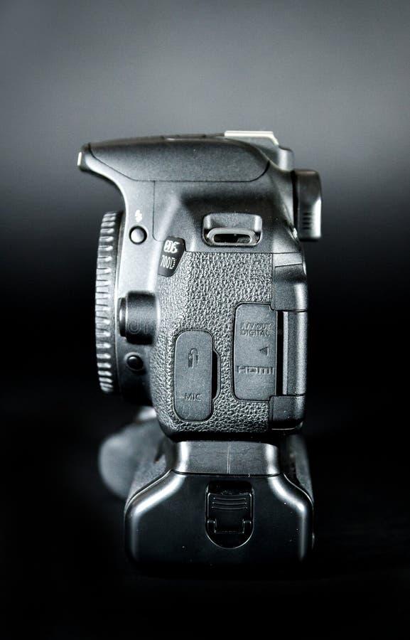 O corpo do EOS 700D DSLR de Canon com aperto da bateria uniu e tela da aleta foto de stock
