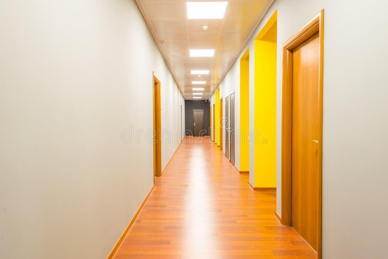 O corredor da entrada do hotel com projeto moderno foto de stock royalty free
