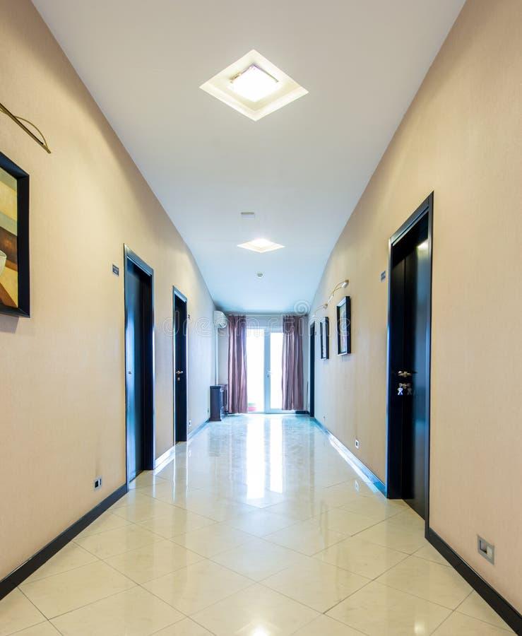 O corredor da entrada do hotel com projeto moderno fotos de stock royalty free